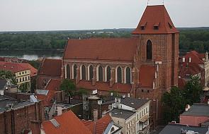 Toruń: konserwacja witraża w katedrze świętych Janów