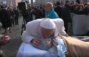 Wzruszające spotkanie papieża i chorej dziewczyny [WIDEO]