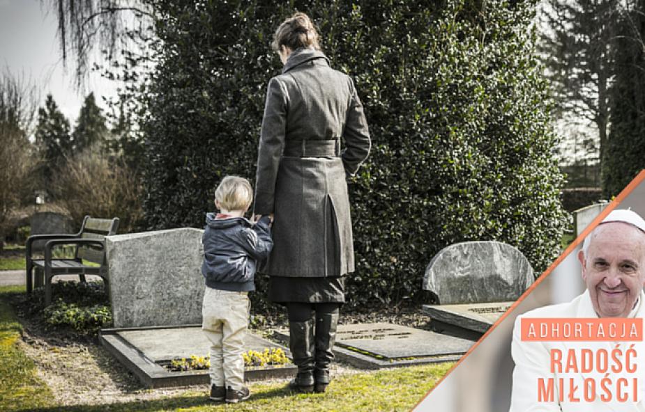 Papież w adhortacji o komunikacji ze zmarłymi