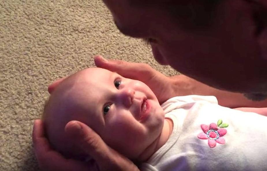 Ojciec śpiewa córeczce, że jest piękna [WIDEO]