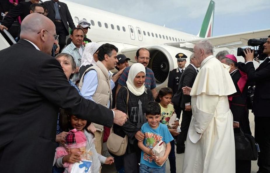 Kim są uchodźcy, których przyjął papież?