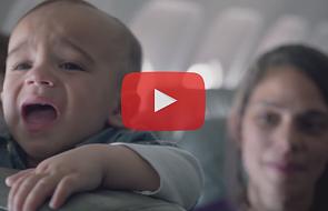 Płacz dziecka w samolocie jeszcze nigdy nie był tak pożądany [WIDEO]