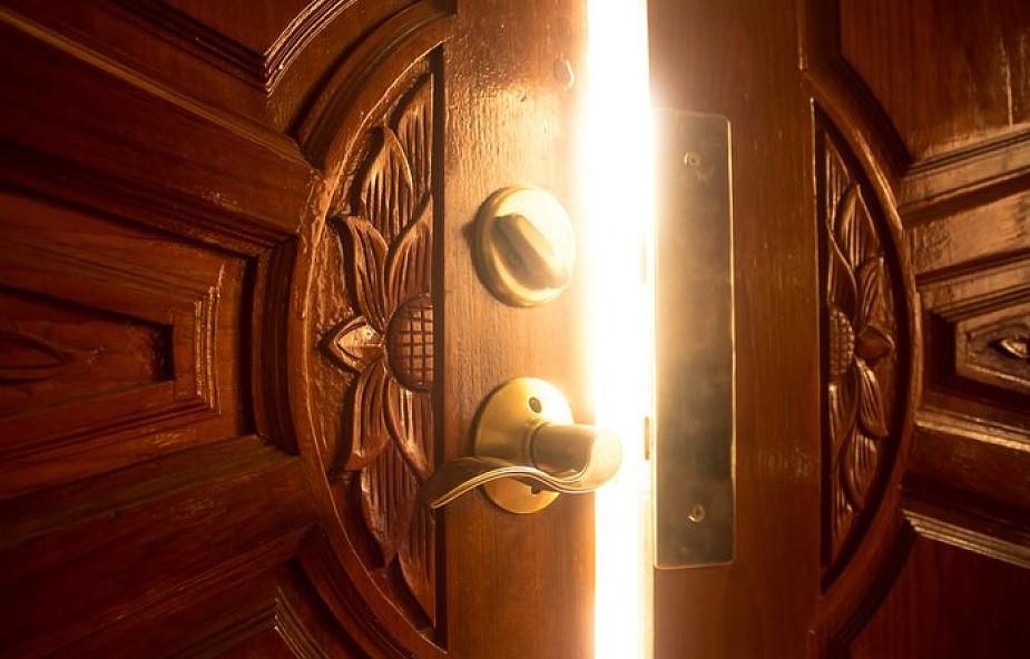 Co nam umyka między drzwiami a framugą?