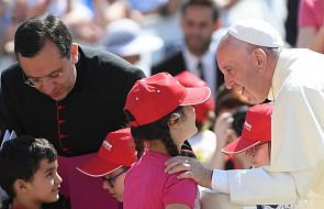 Watykan: dzieci w papieskim dżipie