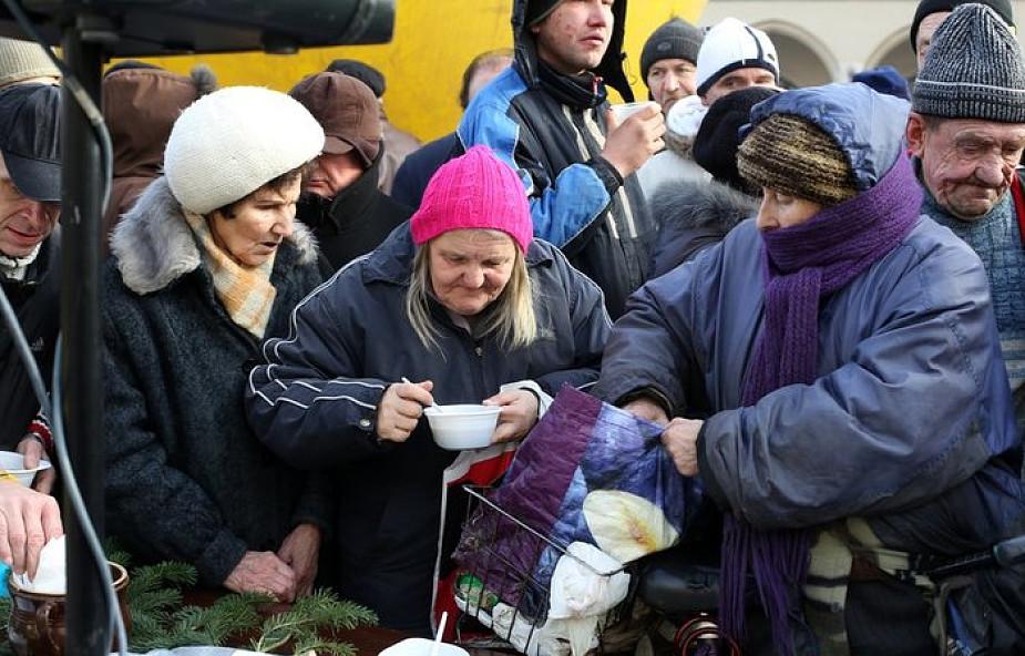 Kiedyś bezdomni, teraz gotują tonę bigosu dla papieża