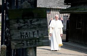 Papież wszedł na dziedziniec bloku 11