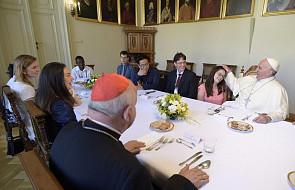 Jakie dania podano w czasie obiadu Franciszka z młodymi?