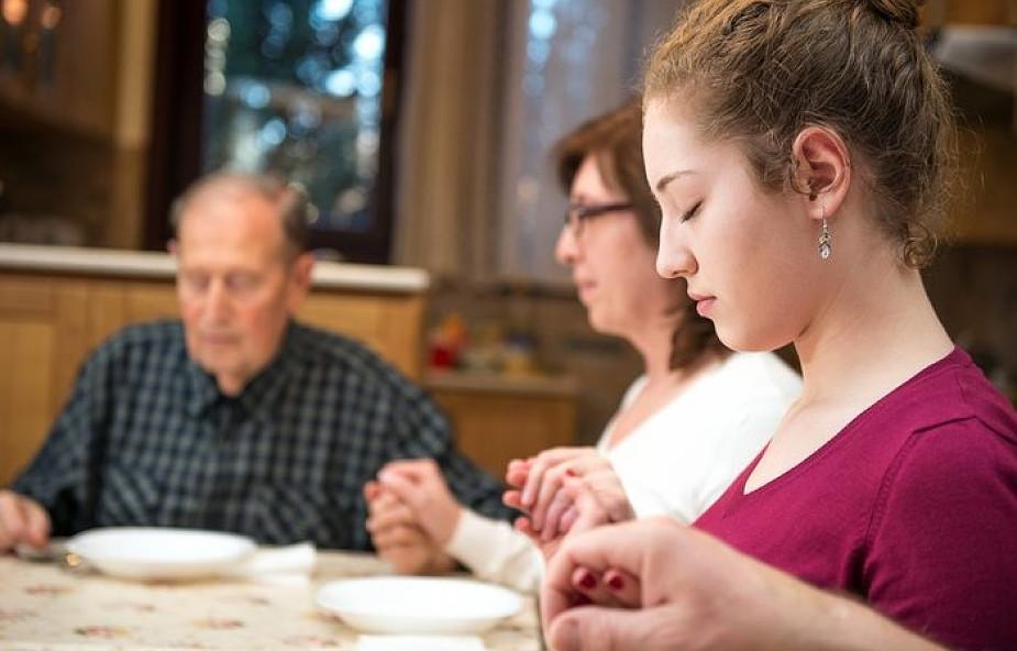 3 proste modlitwy przed rodzinnym posiłkiem