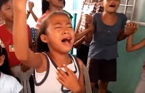 Tak modlą się dzieci na Filipinach [WIDEO]