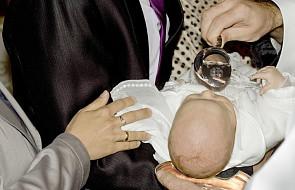 Chłopiec nie mógł już wytrzymać... i ochrzcił się sam [WIDEO]
