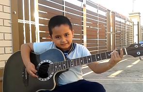 Jest dzieckiem, ale gra na gitarze jak mistrz [WIDEO]