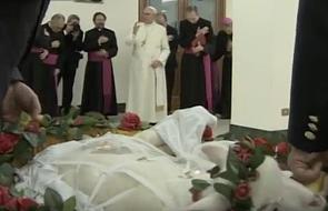 Papież tradycyjnie pobłogosławił młode baranki