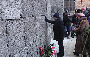Byli więźniowie Auschwitz złożyli kwiaty pod Ścianą Straceń