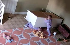 2-latek podniósł szafę, by uratować swojego brata bliźniaka