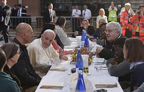 """Papież zjadł obiad z więźniami, uchodźcami i bezdomnymi. """"Jezus nikogo nie odrzuca"""""""