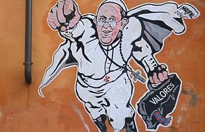 """Koszulki z """"Superpapieżem"""" sfinansują watykańskie dzieła charytatywne"""