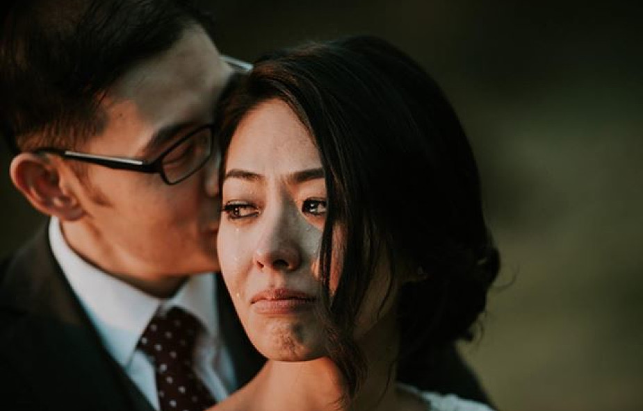 To zdjęcie z sesji ślubnej podbiło internet. Wystarczyło jedno pytanie fotografa [FOTO]
