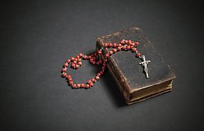 Co zrobić ze starym różańcem, Biblią lub zniszczonym krzyżem? Czy można je po prostu wyrzucić?