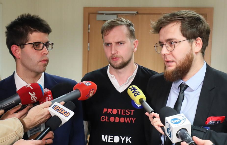 Lekarze rezydenci nie przerwą protestu; spotkanie z MZ bez porozumienia