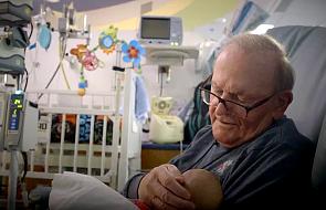Od 12 lat przychodzi do szpitala, by kołysać małe dzieci do snu