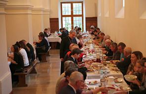 Światowy Dzień Ubogich w diecezji sandomierskiej: wspólny posiłek bpa Nitkiewicza z ubogimi