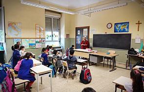 Włochy: uczniowie i rodzice modlą się przed szkołą w Palermo