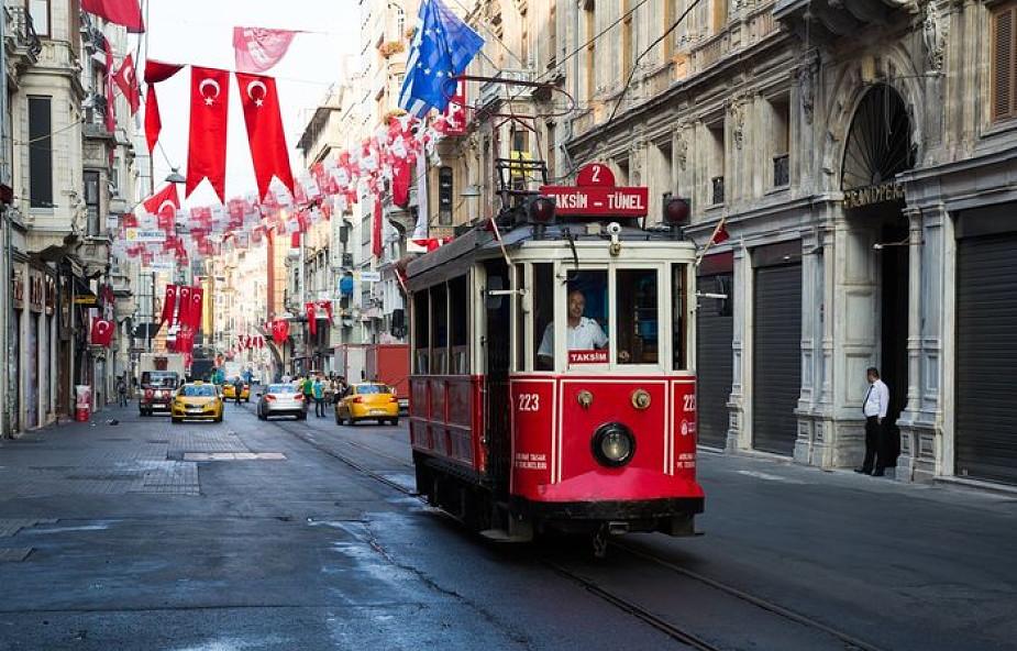 Parafianie w Turcji nie chcą słyszeć o odjeździe ich księdza po 52 latach