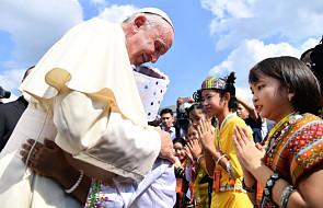 Mjanma: tysiące katolików witało papieża na ulicach Rangunu