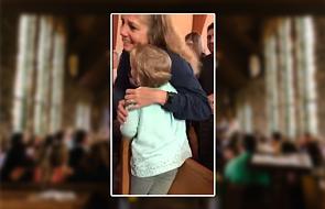 Ta dziewczynka rozczuliła każdego, kto stał w kolejce do Komunii świętej