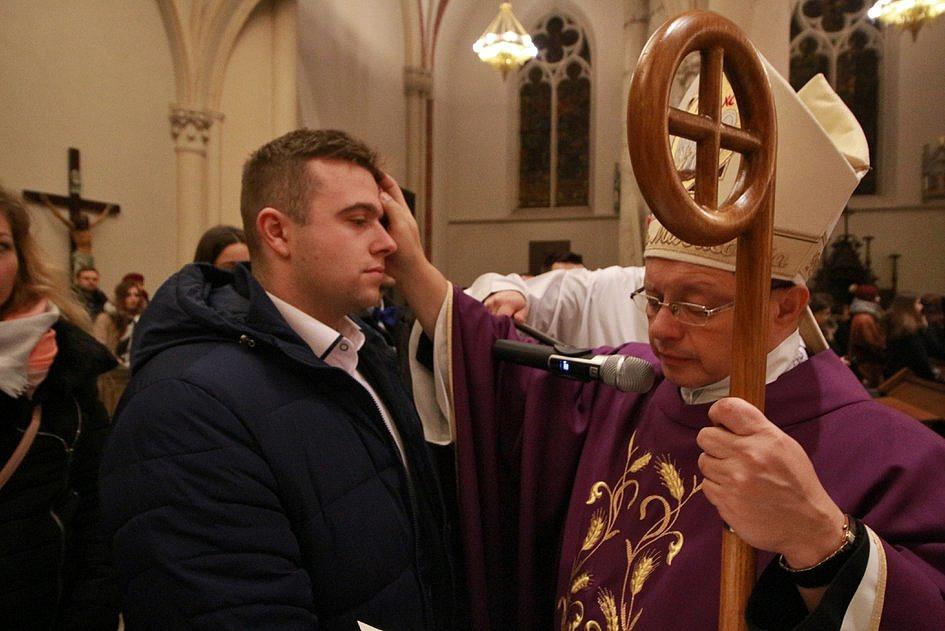 Jak wygląda przygotowanie do chrztu dorosłych w Kościele? [FOTO] - zdjęcie w treści artykułu