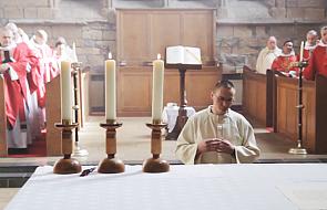 Poznaj człowieka, który szuka Boga w średniowiecznym klasztorze w Szkocji