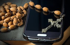 Niecodzienna sytuacja w parafii: proboszcz poświęcił właścicieli telefonów komórkowych i smartfonów