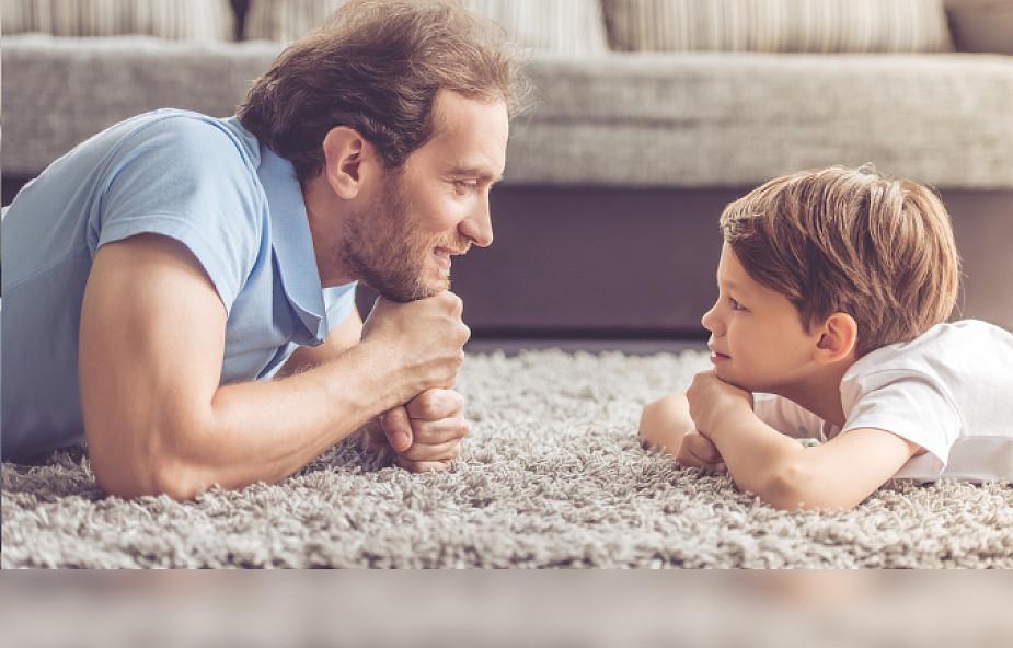 Spotyka się z jednym tatą