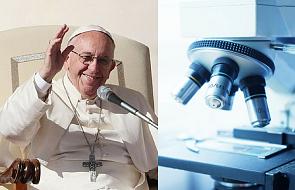 Papież Franciszek dostanie wyjątkowy prezent. Widać go tylko pod mikroskopem