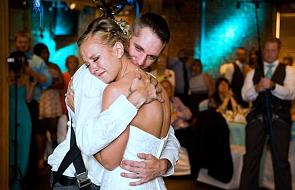 Sparaliżowany pan młody zatańczył na swoim weselu. Pomogli mu koledzy z wojska [WIDEO]