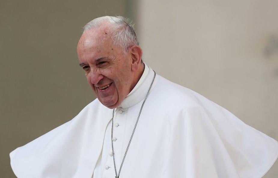 Spotyka się z rozwiedzionym katolikiem