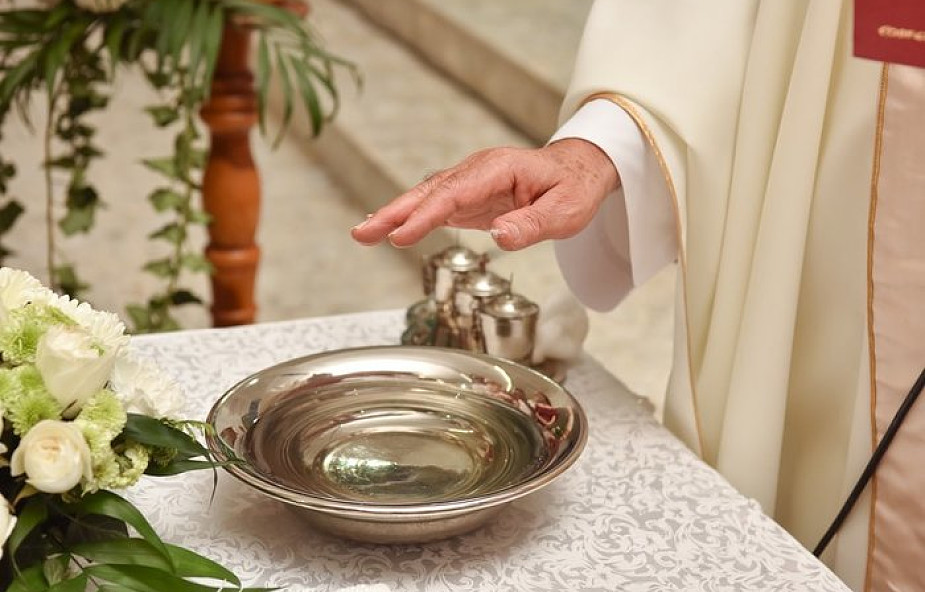 Woda święcona. Jakie ma właściwości i co nam daje?