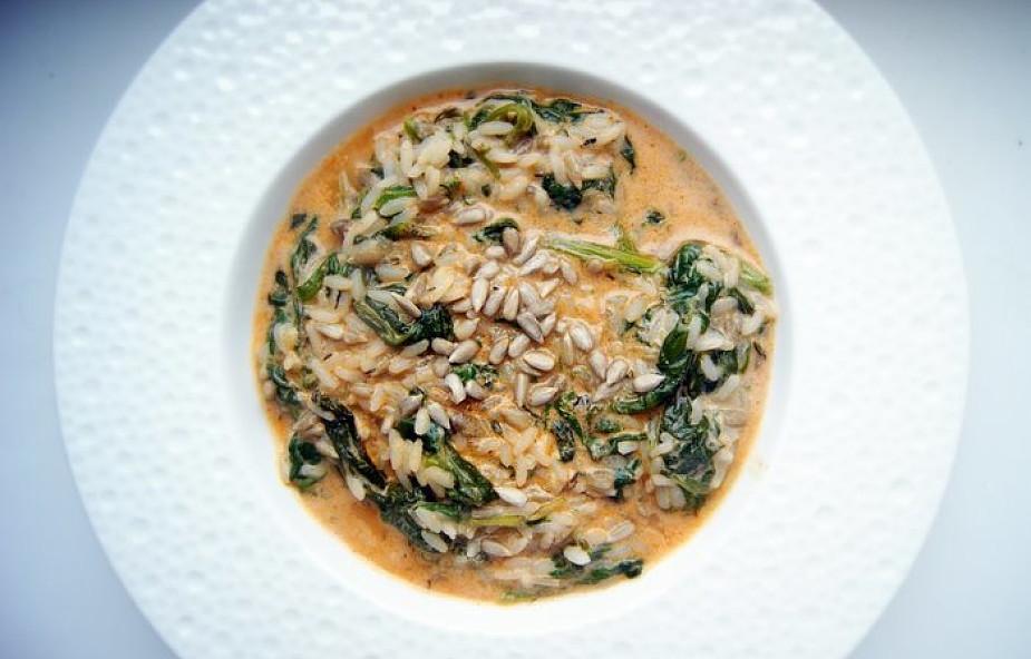 Pyszna bomba witaminowa: ryż duszony ze szpinakiem i pastą curry