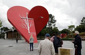 22-tonowe czerwone serce dla papieża w Fatimie
