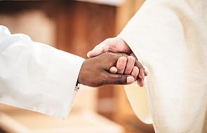 Znak pokoju w czasie Mszy. Jak poprawnie go przekazać?