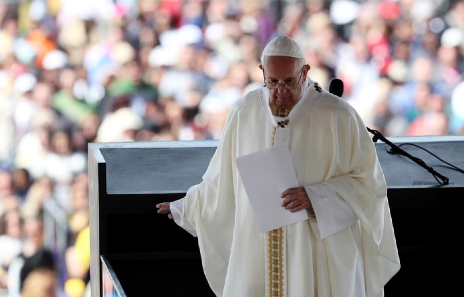 """Dlaczego Franciszek nazwał się """"biskupem ubranym na biało""""?"""