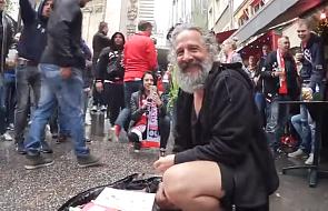 Gest kibiców, który bardzo rozradował bezdomnego [WIDEO]