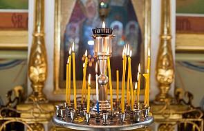 Grzywna dla kobiety za odpalenie papierosa od świecy w cerkwi