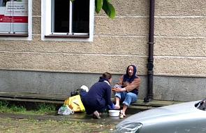 Dorota myje nogi osobom bezdomnym