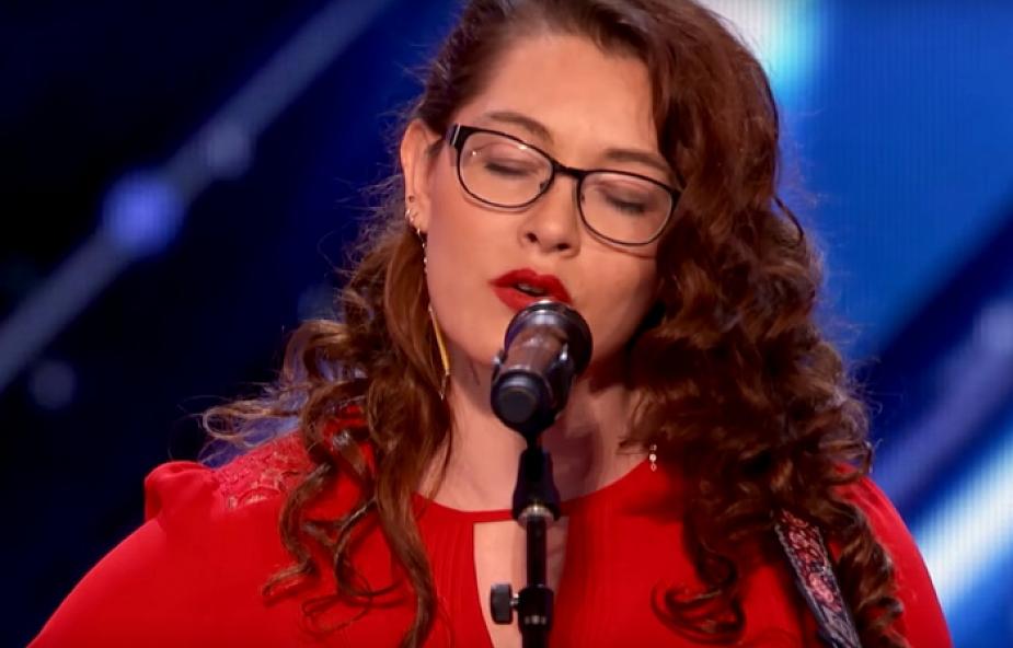 """Głucha dziewczyna wchodzi na scenę i śpiewa. Jej występ zachwyca jury """"Mam talent"""""""