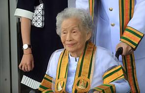 Tajlandia: 91-latka obroniła dyplom licencjata