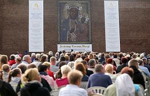Wierni gromadzą się przed mszą na 300-lecie koronacji jasnogórskiego obrazu