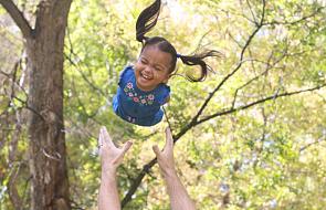 Ta rodzina adoptowała dziewczynkę bez rąk i nóg [WIDEO]