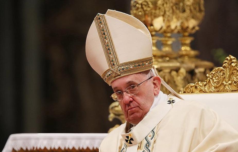 Zarzucają papieżowi herezję. Jak reagować?