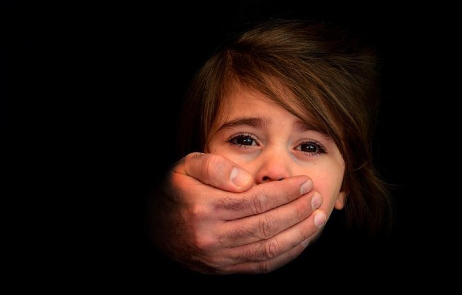 Portugalia: przynajmniej raz w miesiącu notowany przypadek próby przemytu dziecka